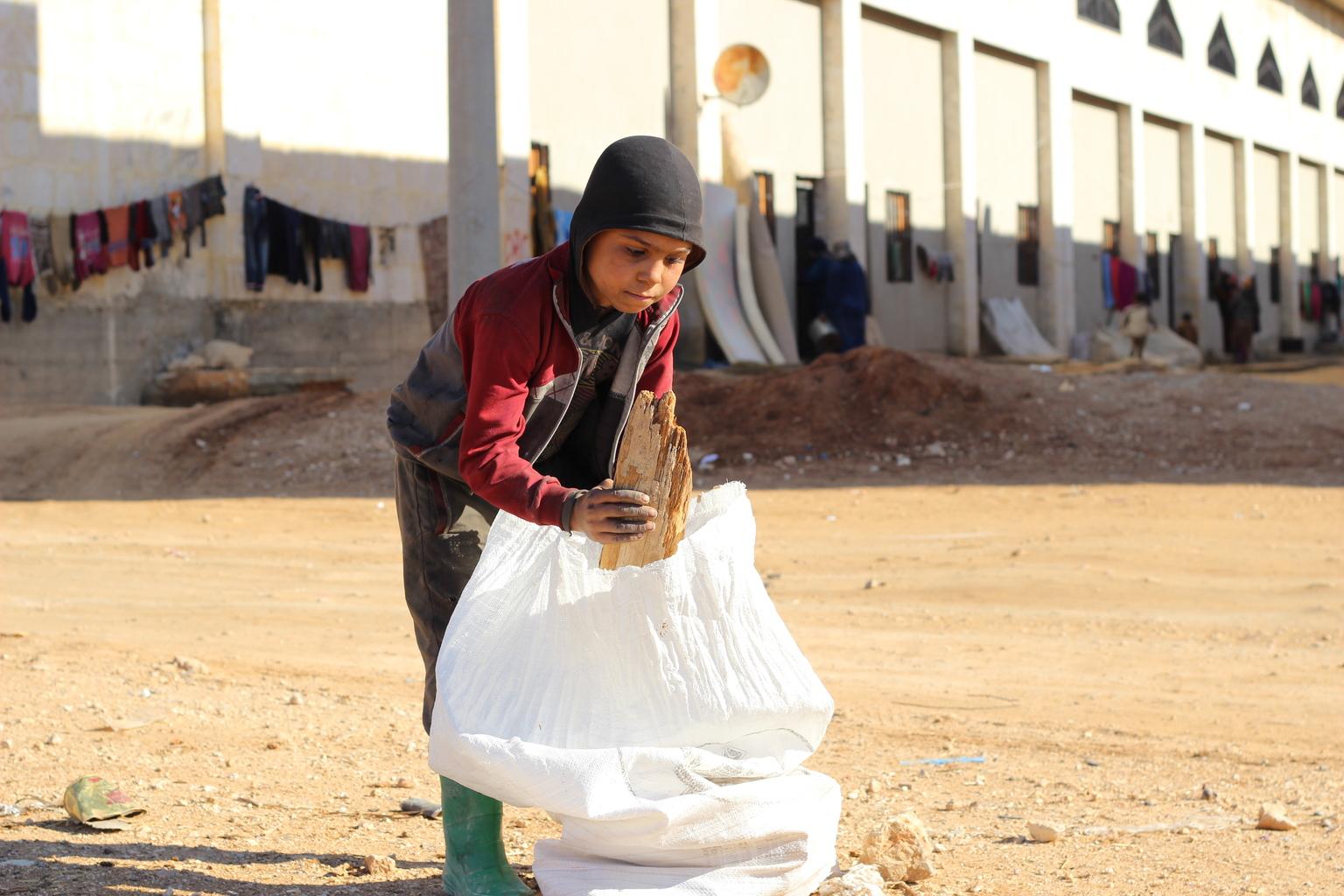 Ahmed passe ses journées à ramasser du bois et tout ce qui peut être brûlé pour garder ses frères et...