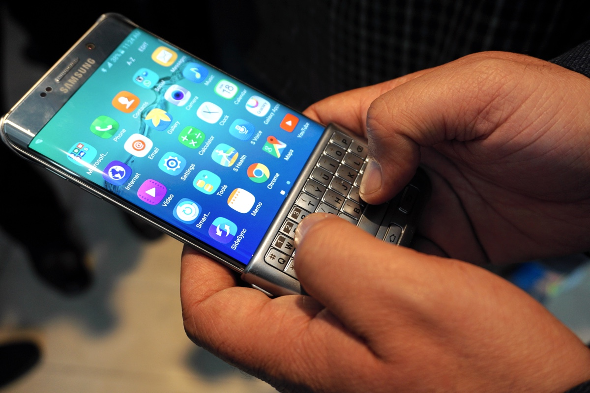 Hands On With Samsung S Clever Keyboard Cover For Phones Engadget