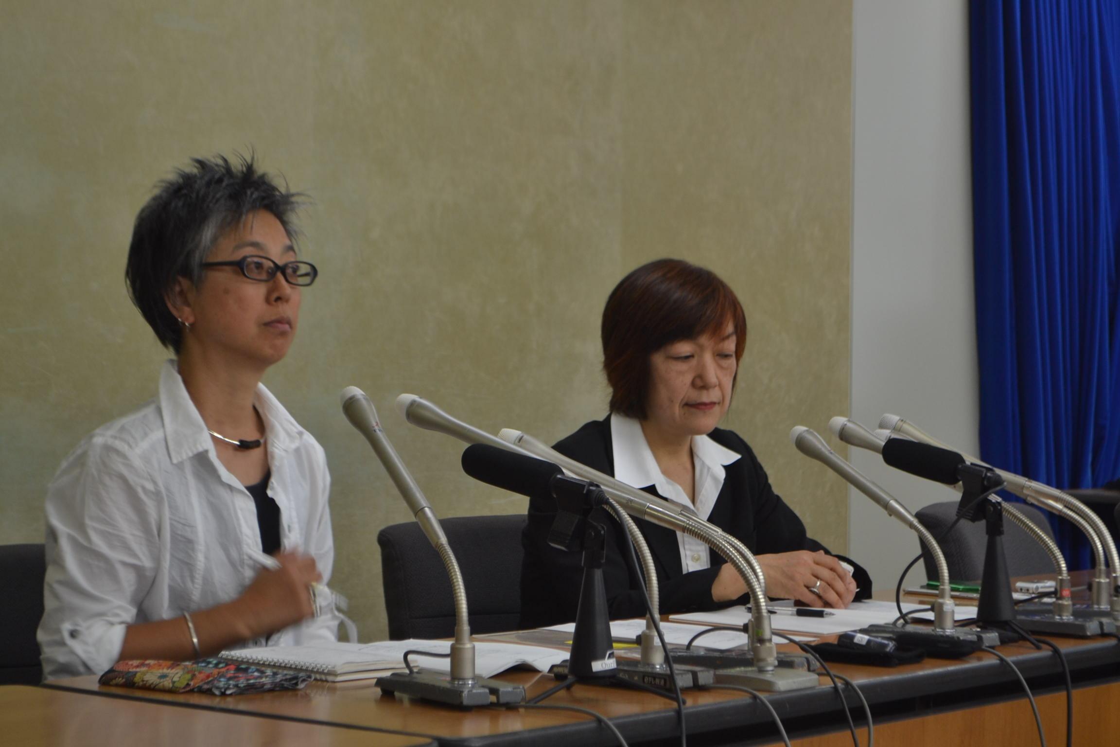 会見で、女性記者からの声を紹介する「メディアで働く女性ネットワーク」の松元千枝さん(左)と林美子さん=厚生労働省