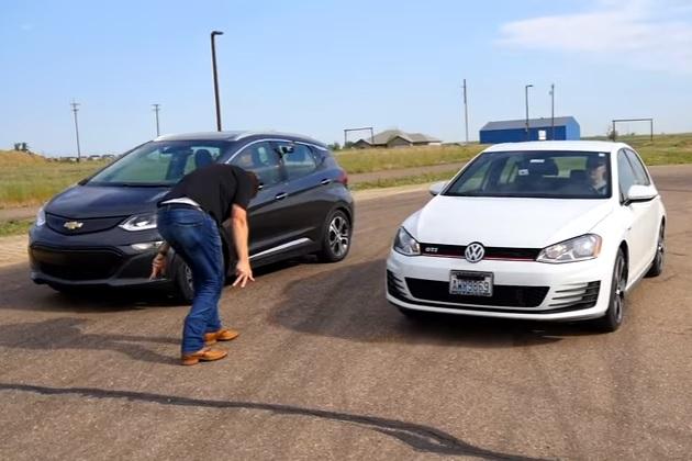 【ビデオ】シボレーの新型電気自動車「ボルト」がフォルクスワーゲン「ゴルフ GTI」とドラッグ・レースで対決!