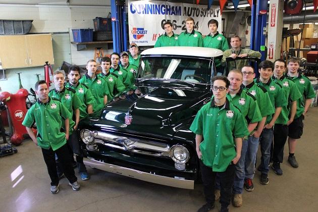 米国の高校生たちが1956年型フォード「F100」を見事にレストモッド!