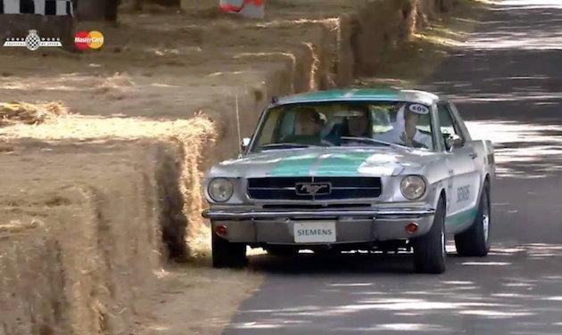 【ビデオ】自動運転機能を搭載した「マスタング」が、グッドウッドのヒルクライムで酔っ払い運転のような走りを披露