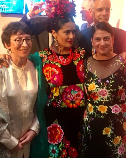 Salma Hayek entre Claire Wilcox y Circe Henestrosa, curadoras de la exposición 'Frida Kahlo: Making Her...