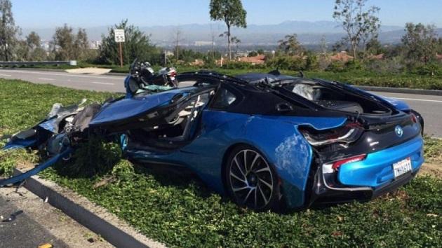 米カリフォルニアで約1,500万円のBMW「i8」がセメントトラックに押しつぶされ大破!