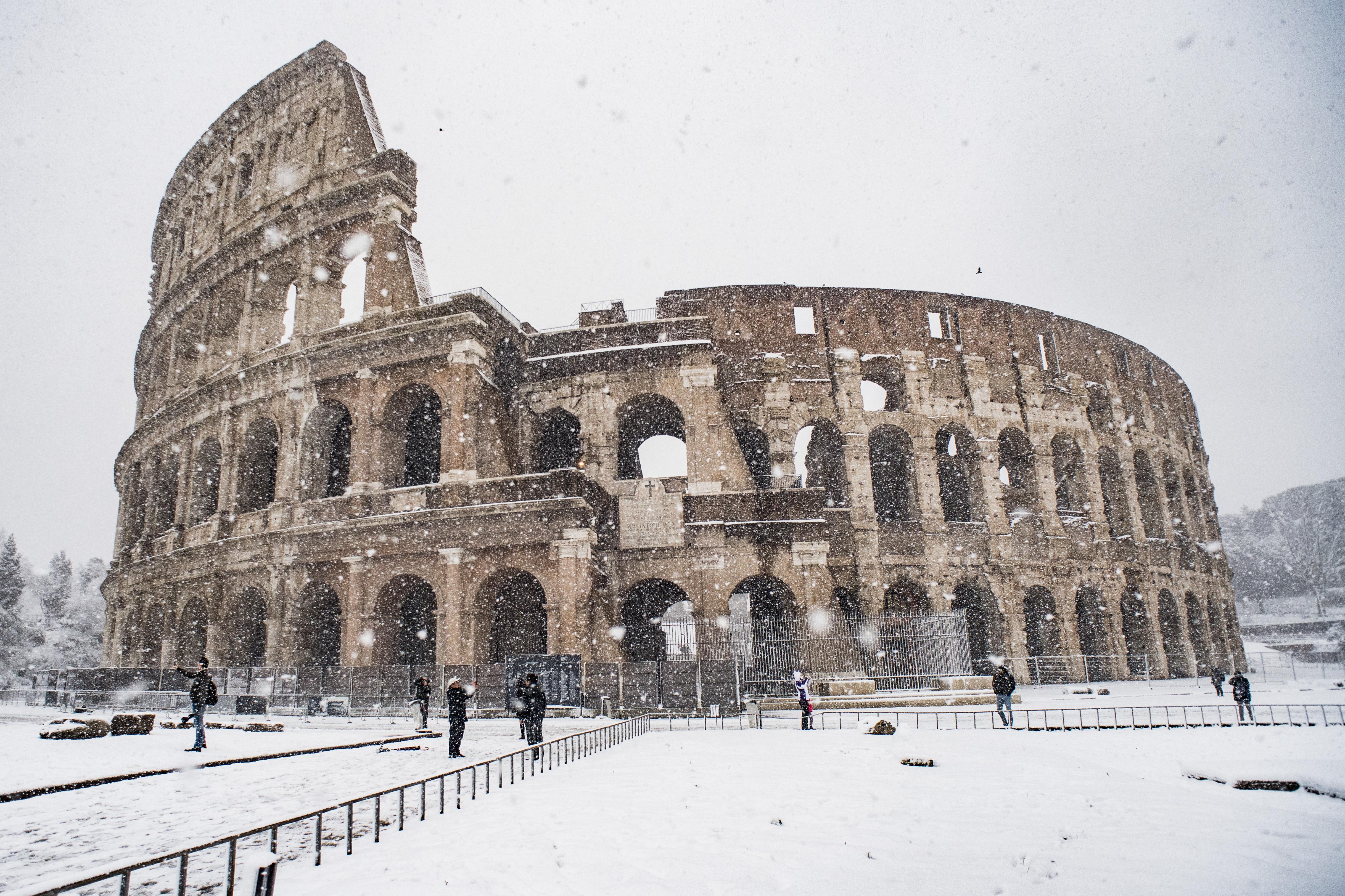 Neve a roma non solo disagi la magia della citt eterna imbiancata fa il giro del mondo l - La finestra di fronte roma ...