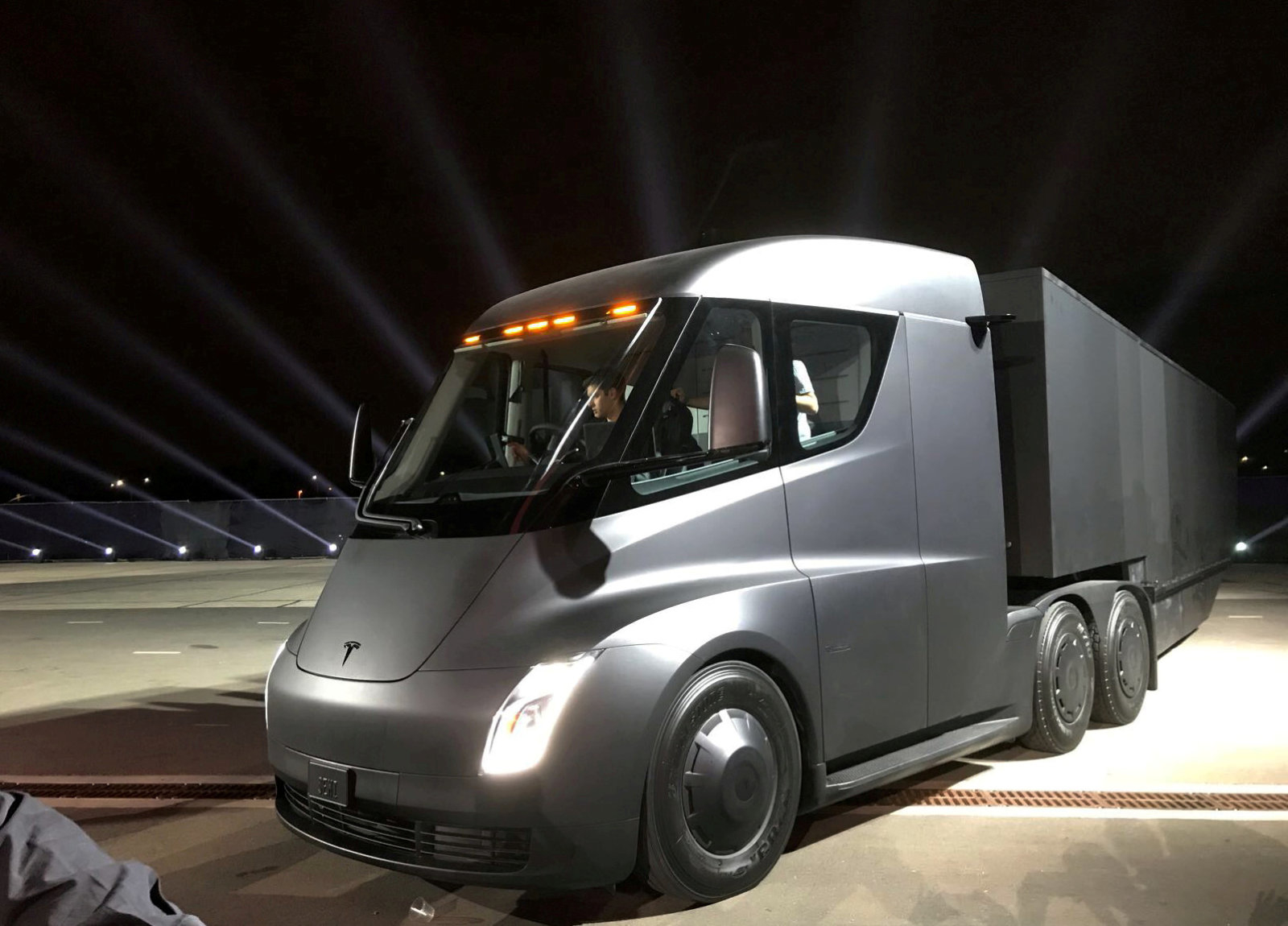 Tesla's new electric semi truck is unveiled during a presentation in Hawthorne, California, U.S., November 16, 2017. REUTERS/Alexandria Sage     TPX IMAGES OF THE DAY