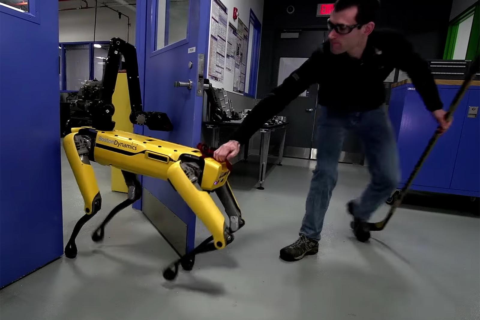 Boston Dynamics 机器狗:「区区人类不能阻止我们开门!」