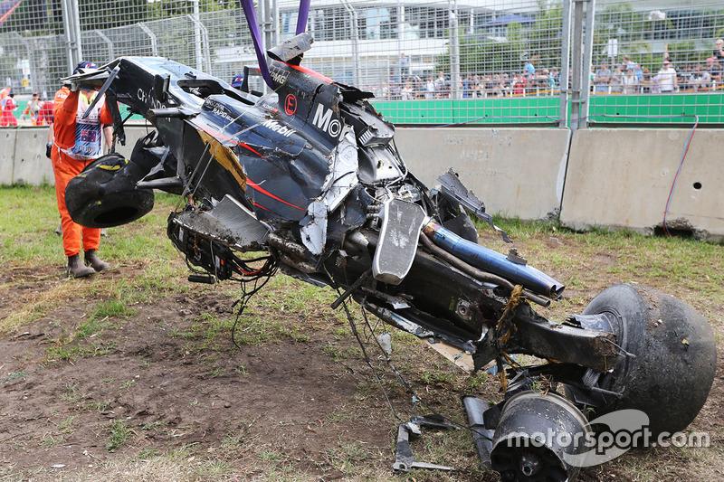 F1オーストラリアGP、アロンソがクラッシュで大破したマシンから自力で脱出