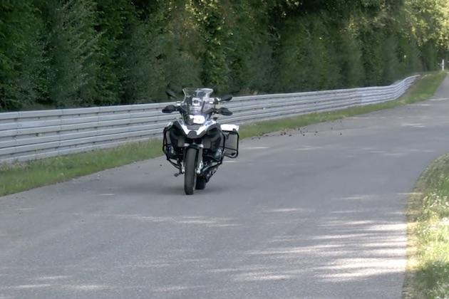 【ビデオ】ちょっと気味が悪い!? BMWモトラッド、無人のオートバイが走り、曲がり、停まる映像を公開