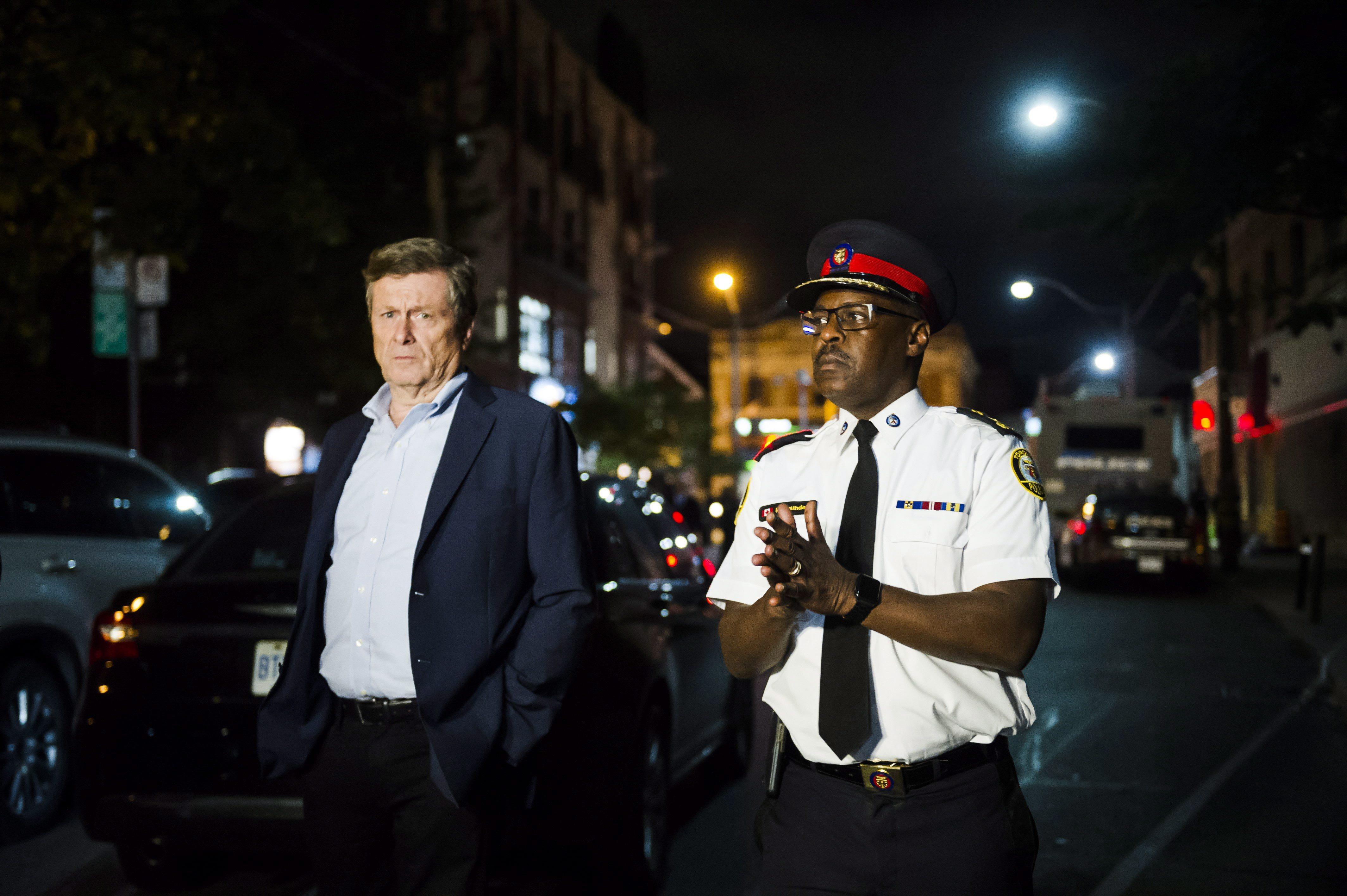 Le maire de de Toronto, John Tory, et le chef de police de la ville, Mark Saunders, lors d'une conférence...