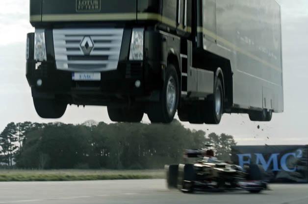 【ビデオ】ロータスの大型トラックがF1カーを華麗に飛び越える!