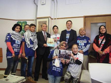 2015年11月、ガザから訪日したラーウィア校長(右端)と3名の中学生はピエール・クレヘンビュールUNRWA事務局長(右から3人目)と清田保健局長(右から2人目)と共に野田武則釜石市長(右から5人目)を表敬した