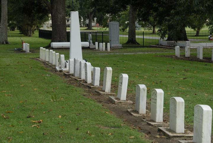 カーヴィルに並ぶ患者番号と偽名が刻印された墓石