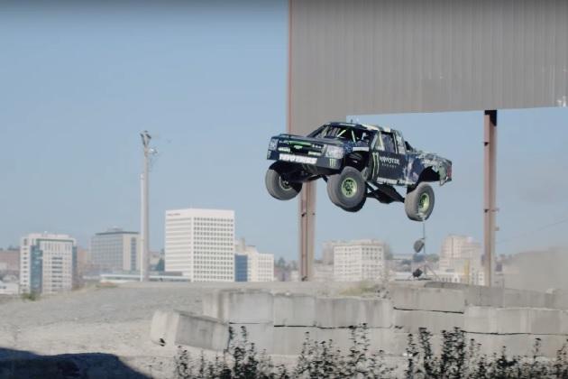 【ビデオ】BJ・バルドウィンが800馬力のトラックで、毛むくじゃらの怪物とカーチェイスを展開!