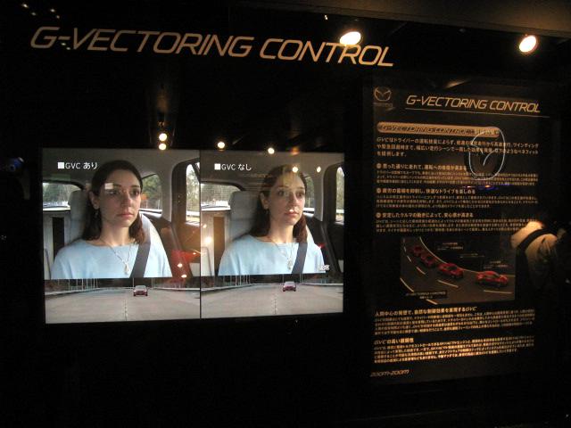 【人とくるまのテクノロジー展2016】ハンドリングを向上する自動エンブレとは!? マツダが最新技術「GVC」をパネル展示!!
