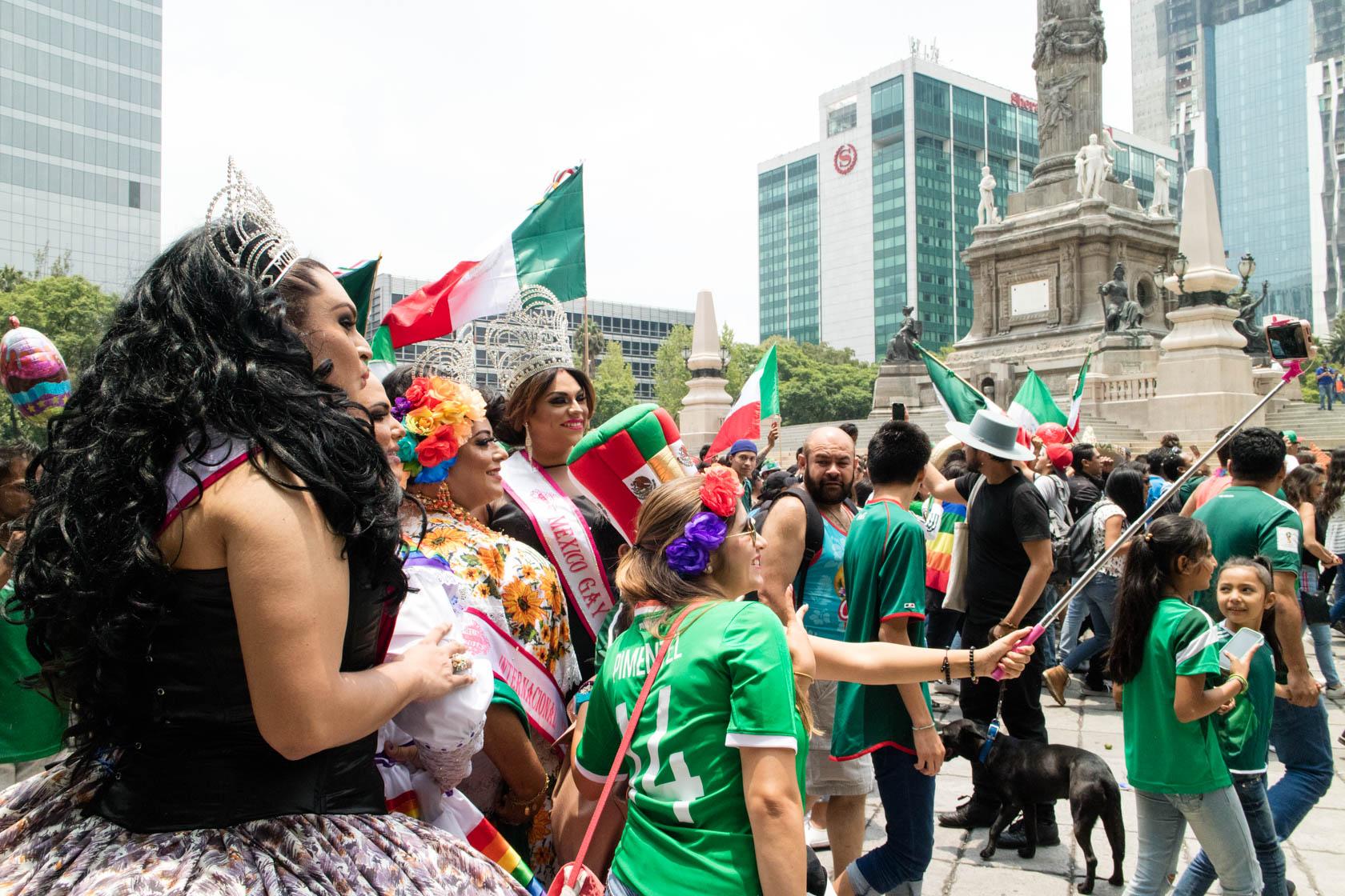 Convivencia entre asistentes a la marcha del Orgullo LGBT+ y al festejo por el triunfo de México sobre...