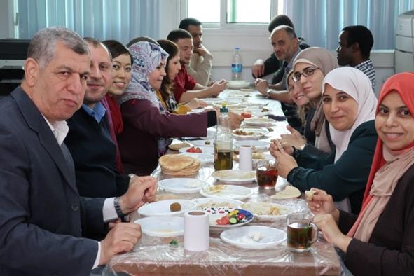 今回の視察に協力してくれたUNRWAガザ事務所の職員。左から3人目は、吉田美紀UNRWA渉外・プロジェクト支援担当官。ホンムス(ひよこ豆のペースト)、ムタッバラ(焼きナスのペースト)、ファラフェル( ひよこ豆のコロッケ)など典型的なパレスチナの家庭料理で視察最後の日、朝食を共にした