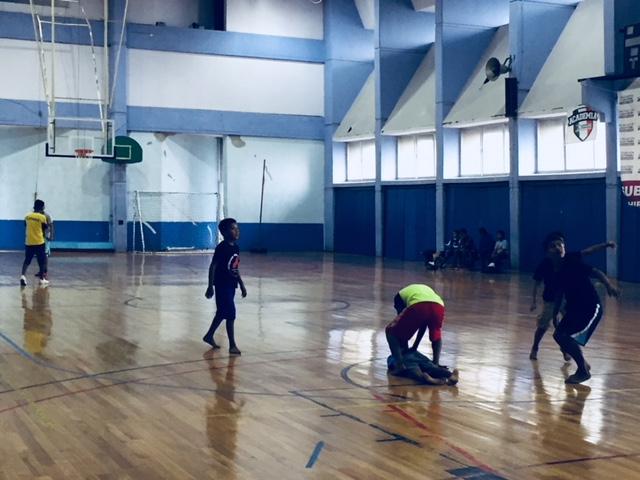 Los niños triquis juegan en el Deportivo Guelatao de la delegación