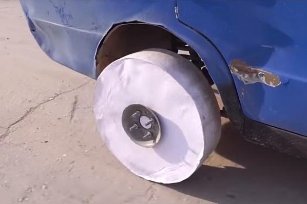 【ビデオ】検証:大量のプリント用紙を貼り合わせたら、タイヤ代わりに使えるか?