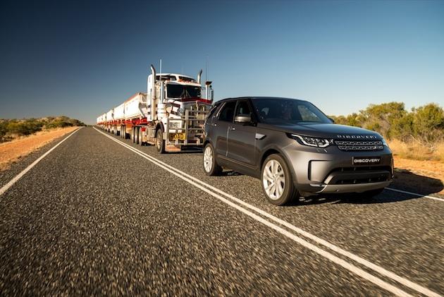 【ビデオ】ランドローバーの新型「ディスカバリー」が、総重量110トンにもなるオーストラリアのロードトレインを牽引!