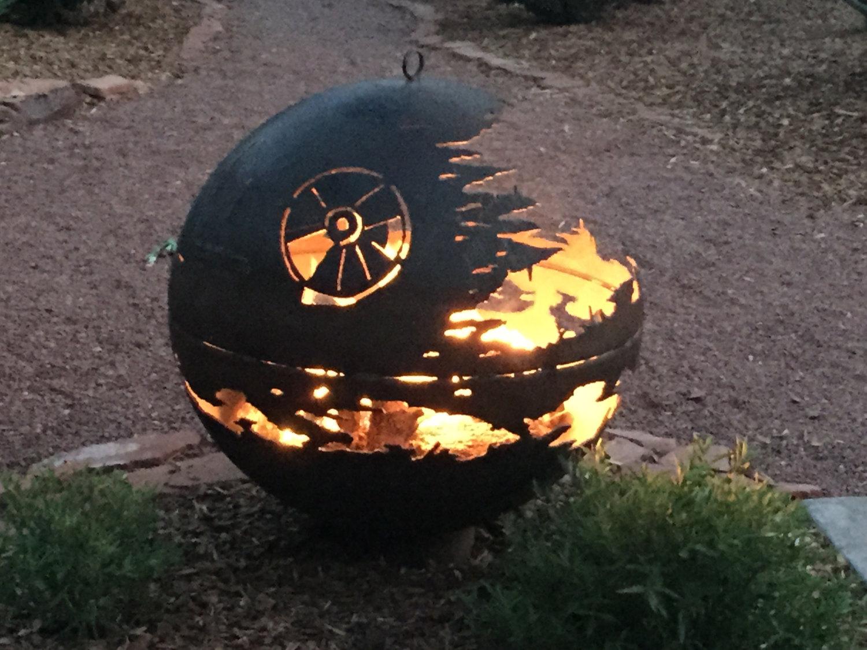 Zwei Defekte Feuerschalen Machen Einen Lagerfeuer Todesstern