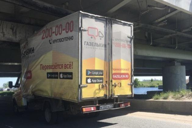 ロシアの低すぎる橋、150台目のトラックが犠牲に!