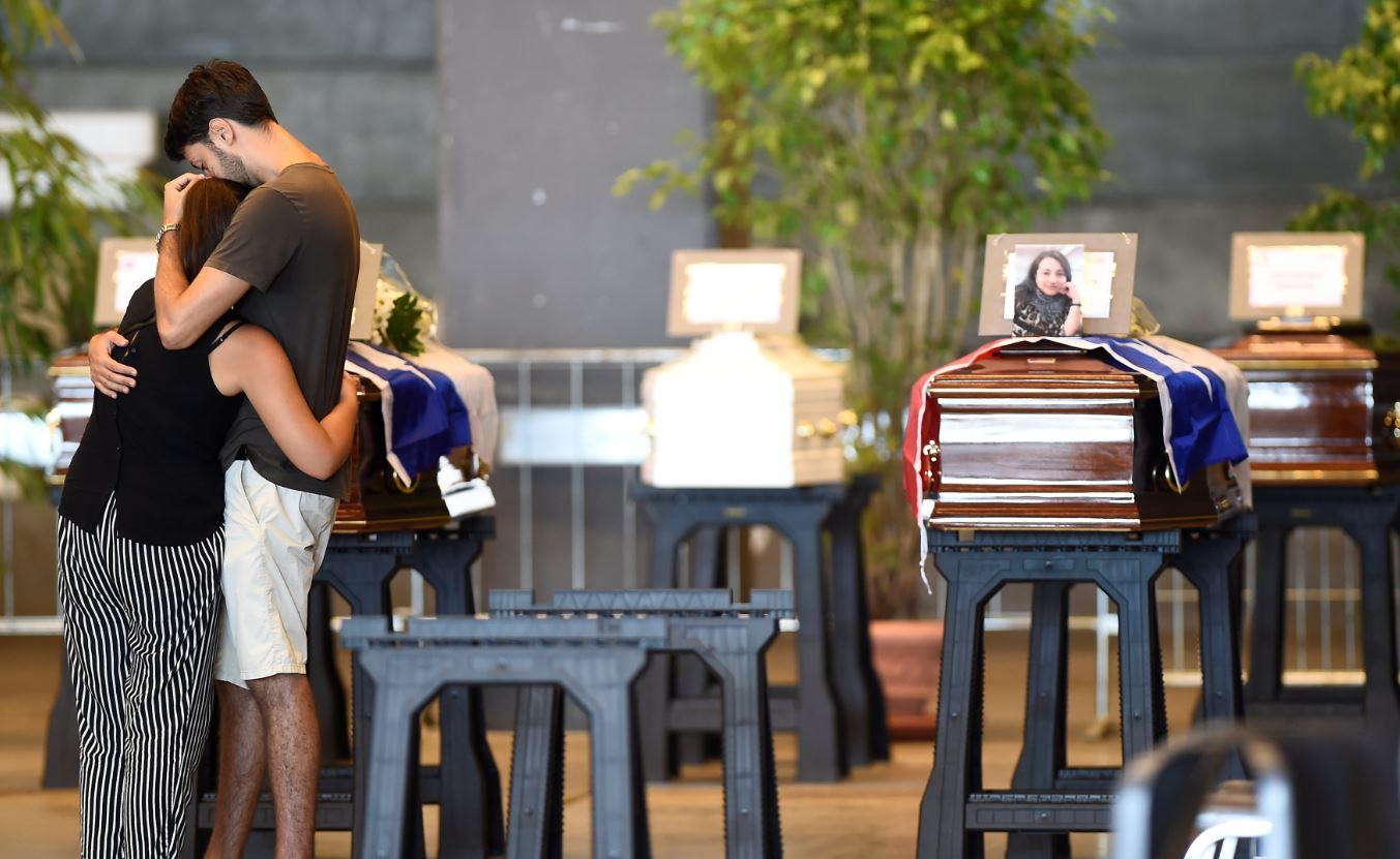 20 NO ALLO STATO - Per rabbia molti familiari rifiutano i funerali solenni. Davanti alle più alte cariche solo 18 feretri. Di...