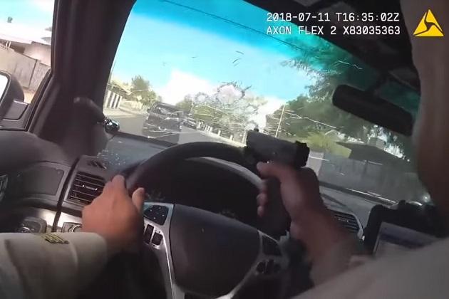 容疑者のクルマを追走する警察官が、運転しながらフロントガラス越しに発砲!