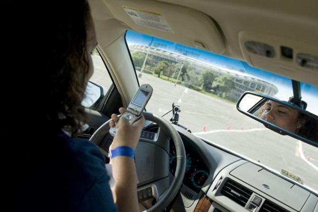 米国では10代の若者の半数以上が、運転中でも親のメールに返信