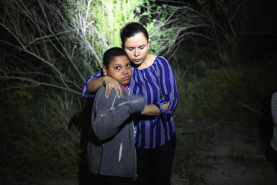 12 juin 2018 à McAllen, Texas, près de la frontière américano-mexicaine: ce jeune Hondurien terrifié...
