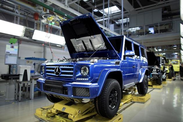 Im Magna Steyr-Werk (Österreich) ist die 300.000 G-Klasse vom Band gelaufen. In der Manufaktur in Graz werden die Fahrzeuge auf nur einer Fertigungsstraße montiert.;Kraftstoffverbrauch kombiniert: 12,3l/100 km; CO2-Emissionen kombiniert: 289 g/km*The 300,000th G-Class has left the production line at the Magna Steyr plant in Austria. In the manufactory in Graz, the vehicles are assembled on just a single production line.;Fuel consumption combined: 12.3 l/100 km; combined CO2 emissions: 289 g/km*