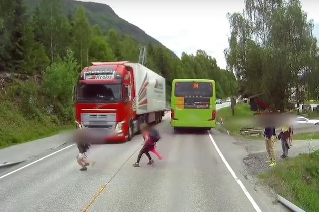 【ビデオ】間一髪! トラックの前に飛び出した子供を自動緊急ブレーキが救う!