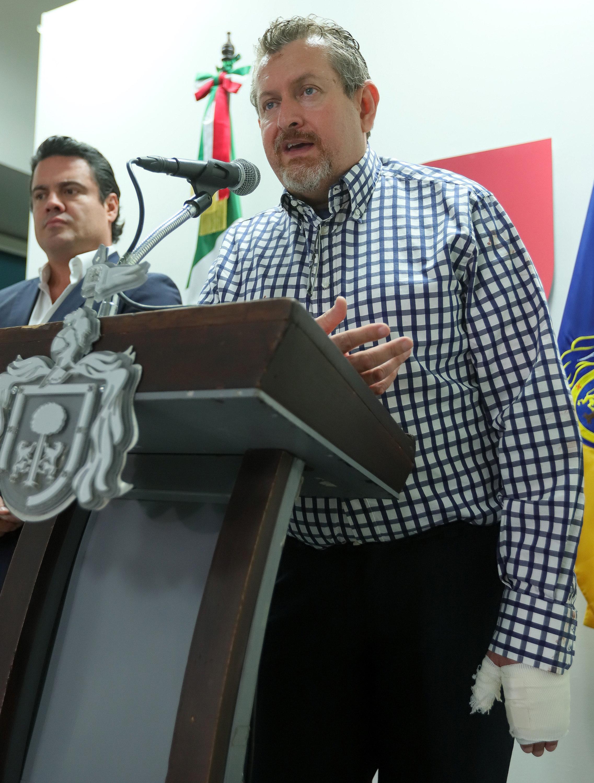 El gobernador de Jalisco, Aristóteles Sandoval (izq.), junto al secretario del Trabajo del gobierno estatal,...