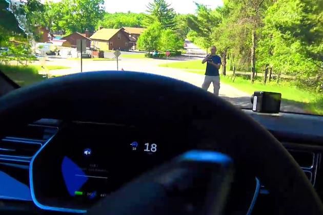 【ビデオ】実験:テスラ「モデルS」の自動運転機能は、実際に歩行者を避けられるか?