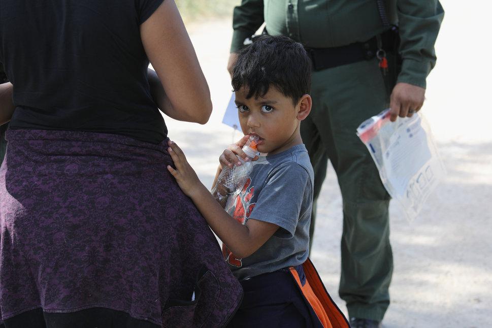 Ces demandeurs d'asile venus d'Amérique centrale attendent après leur interpellation, le 12 juin 2018.(Photo...