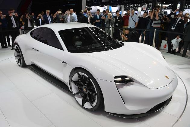 ポルシェのブルーメCEO、2023年までに年間生産台数の半分を電気自動車にすると発言