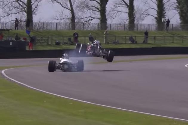 【ビデオ】あわや大事故! フォーミュラカーがライバルの頭上を跳び越える!?