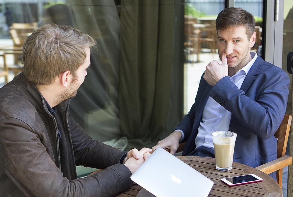 Anton Krasovsky hablando con el reportero del HuffPost Jurgen