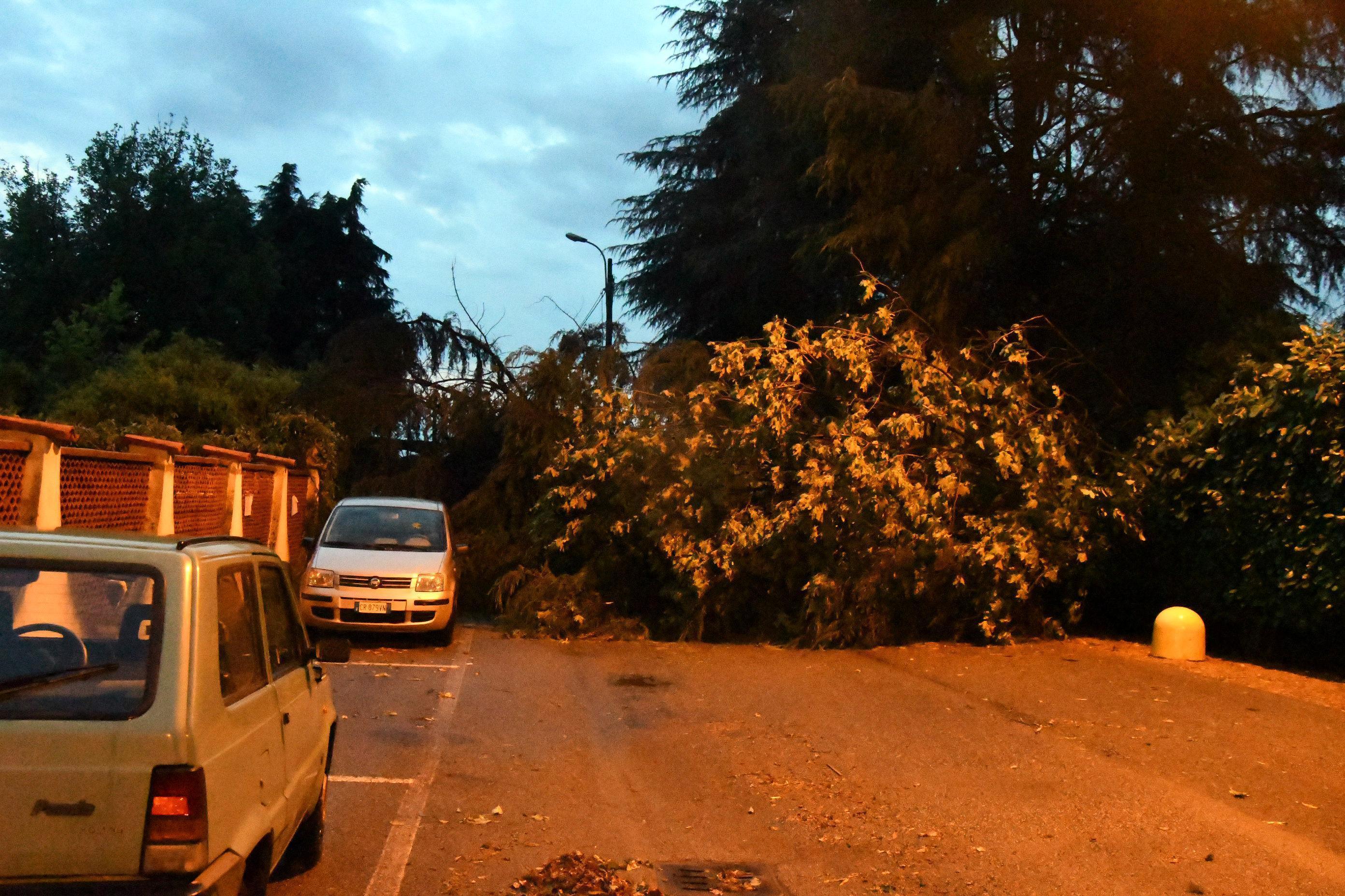 Una tromba d'aria ha scoperchiato i tetti delle case a Pozzo d'Adda, in provincia di Milano. Esonda il