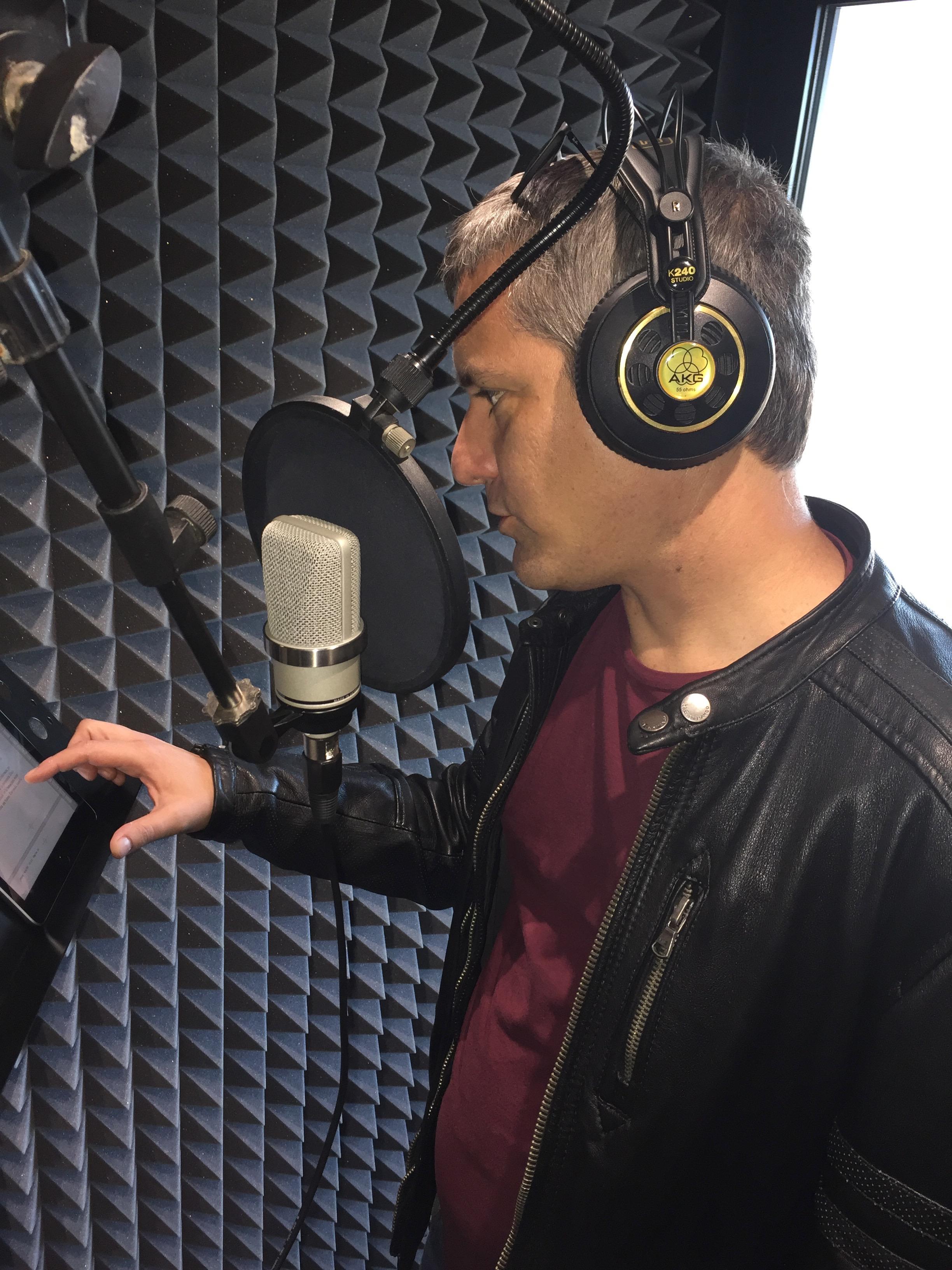 Santiago Roncagliolo durante la grabación de uno de sus