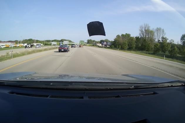 【ビデオ】高速道路を走行中のトヨタ「カムリ」から外れたボンネットが外れる! その一部始終を収めた車載カメラ映像