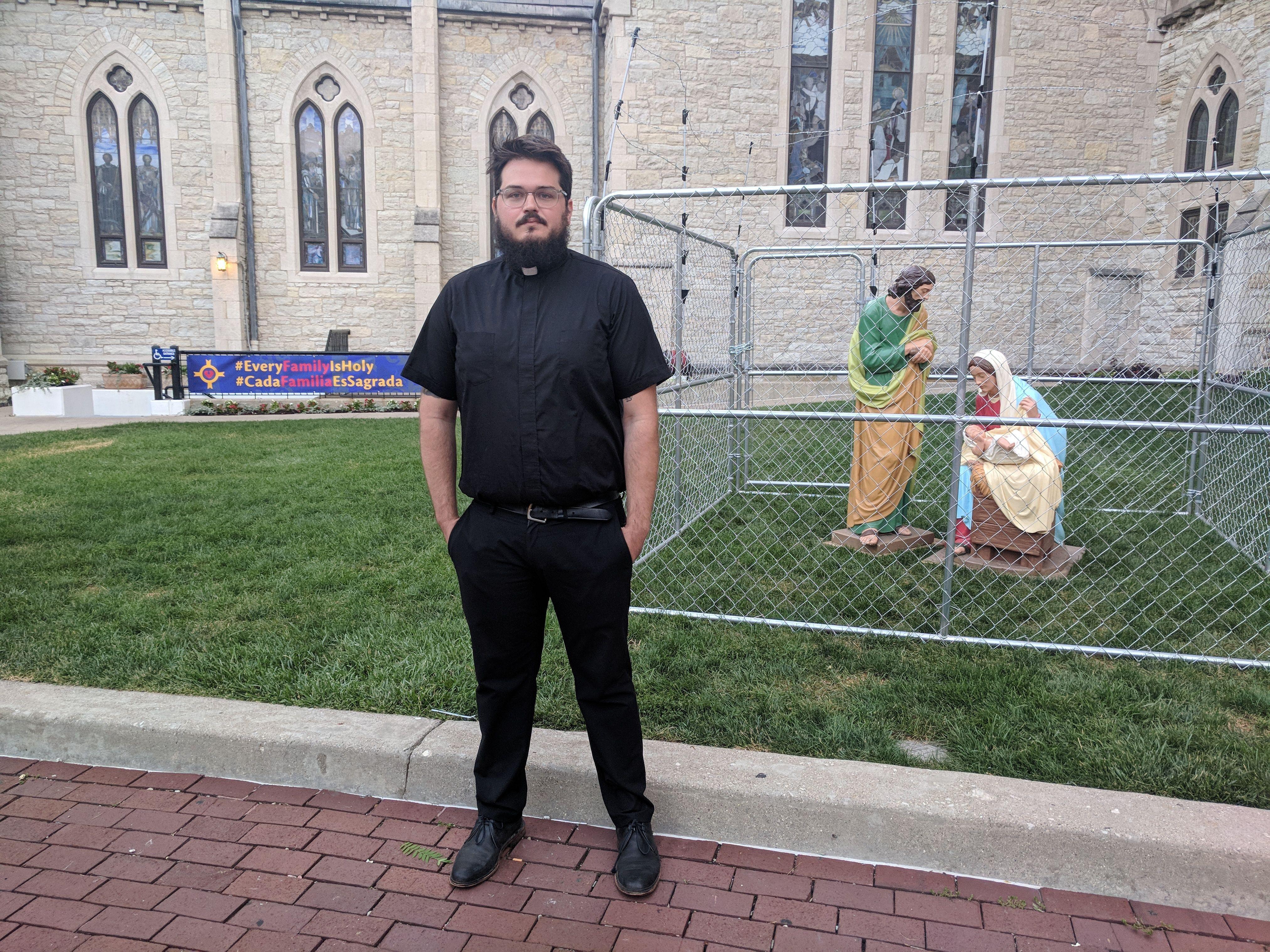 El sacerdote Lee Curtis y la instalación '#EveryFamilyIsHoly' ('Cada familia es