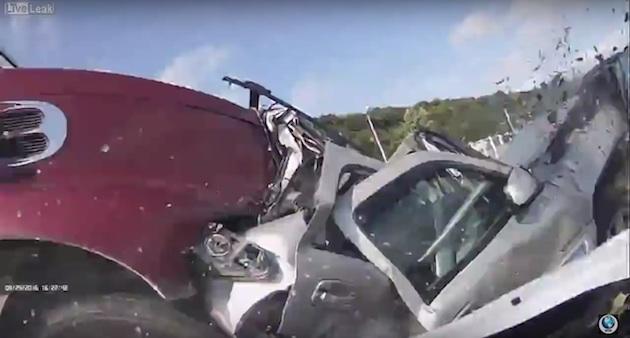 玉突き事故に巻き込まれた女性を救い出す人々の姿を、車載カメラが偶然撮影