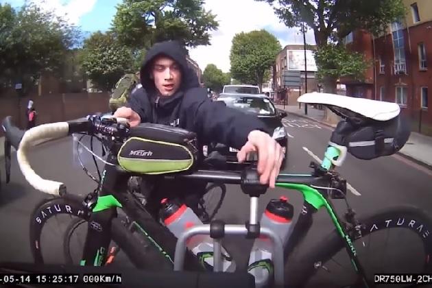 【ビデオ】自転車に乗った窃盗犯が、走行中のクルマのリアに積まれたロードバイクを盗もうと試みる!