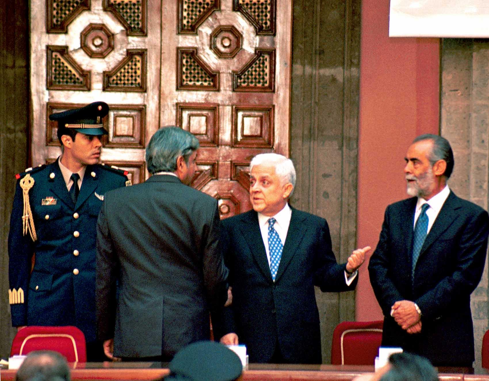 Pláticas en Palacio Nacional antes de un acto oficial en