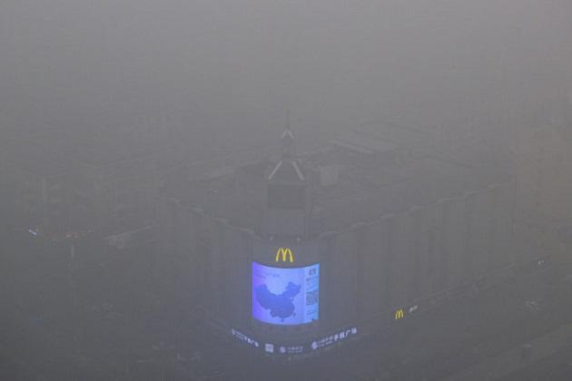 【レポート】北京、深刻な大気汚染による緊急警報で車両の通行規制を実施