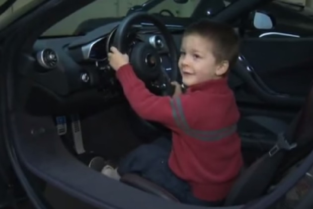 【ビデオ】スーパーカーで病気の子どもを励ます米オレゴン州のコレクター夫妻