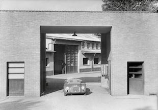 La 125 S È posizionata all'entrata della fabbrica Ferrari.