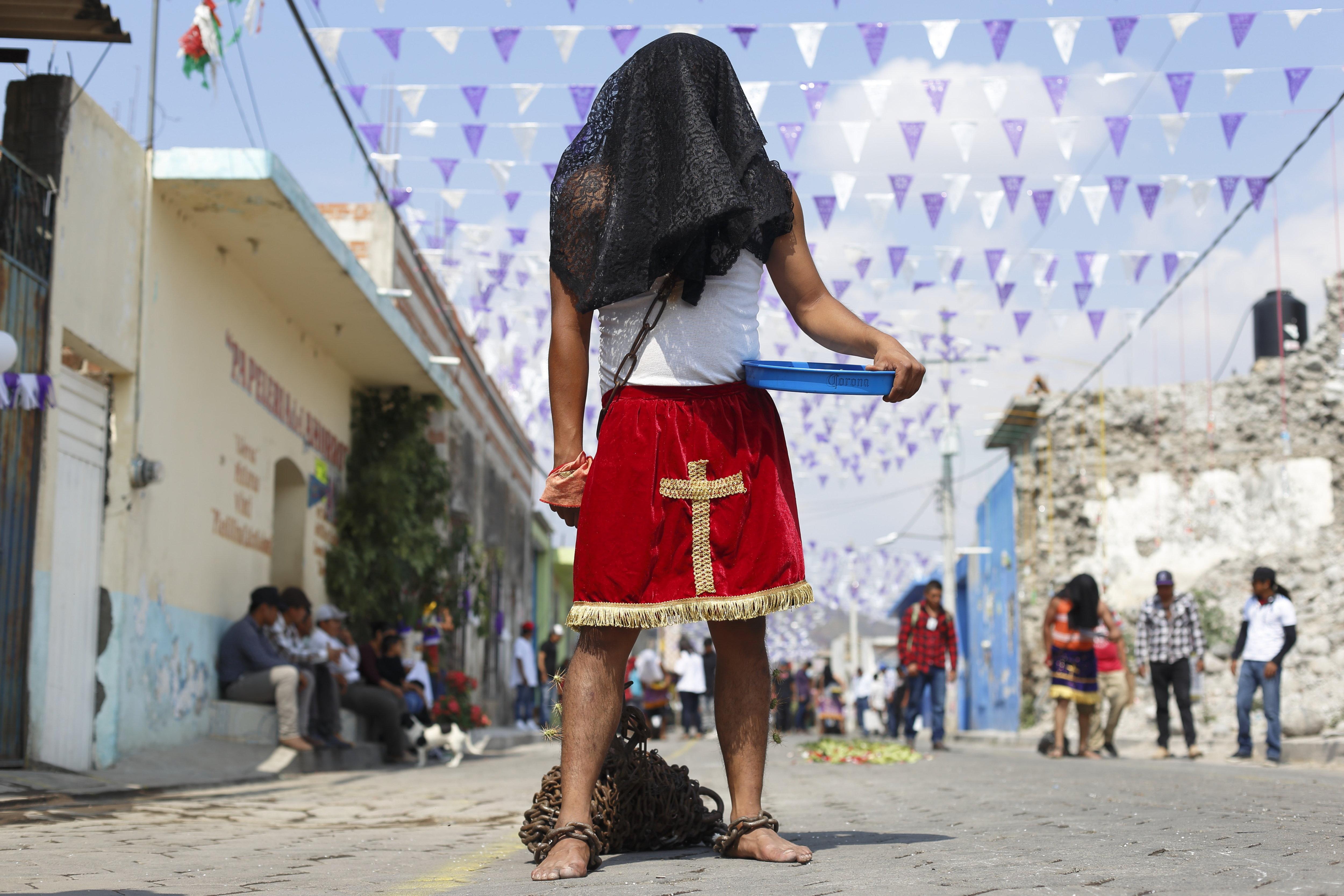 Fieles católicos participan en la Procesión de los Engrillados en Huaquechula, estado de Puebla,