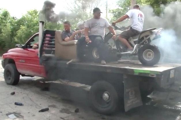 【ビデオ】ピックアップと荷台の四輪バギーが